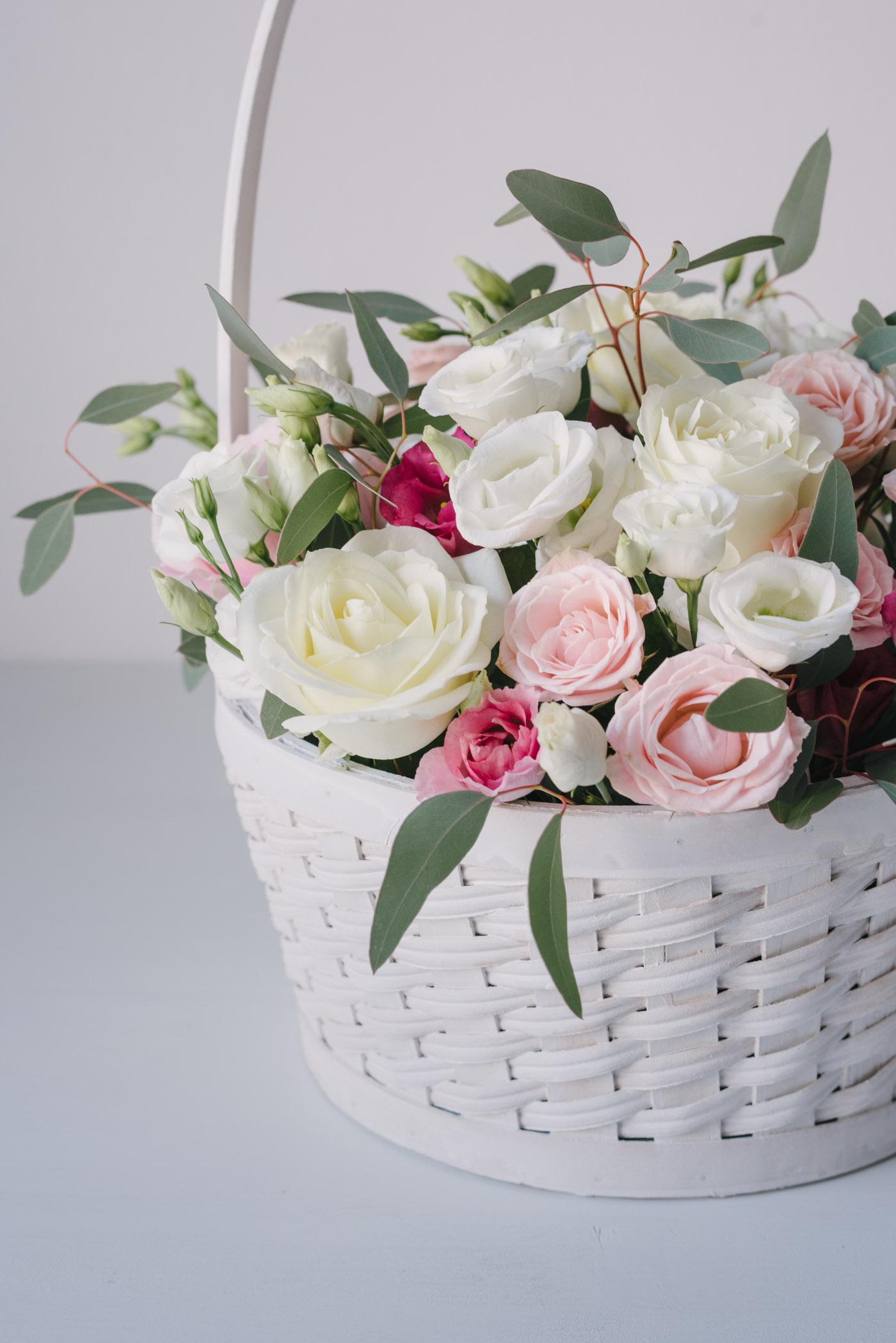 Aranjament Floral Pastelat In Cos Alb