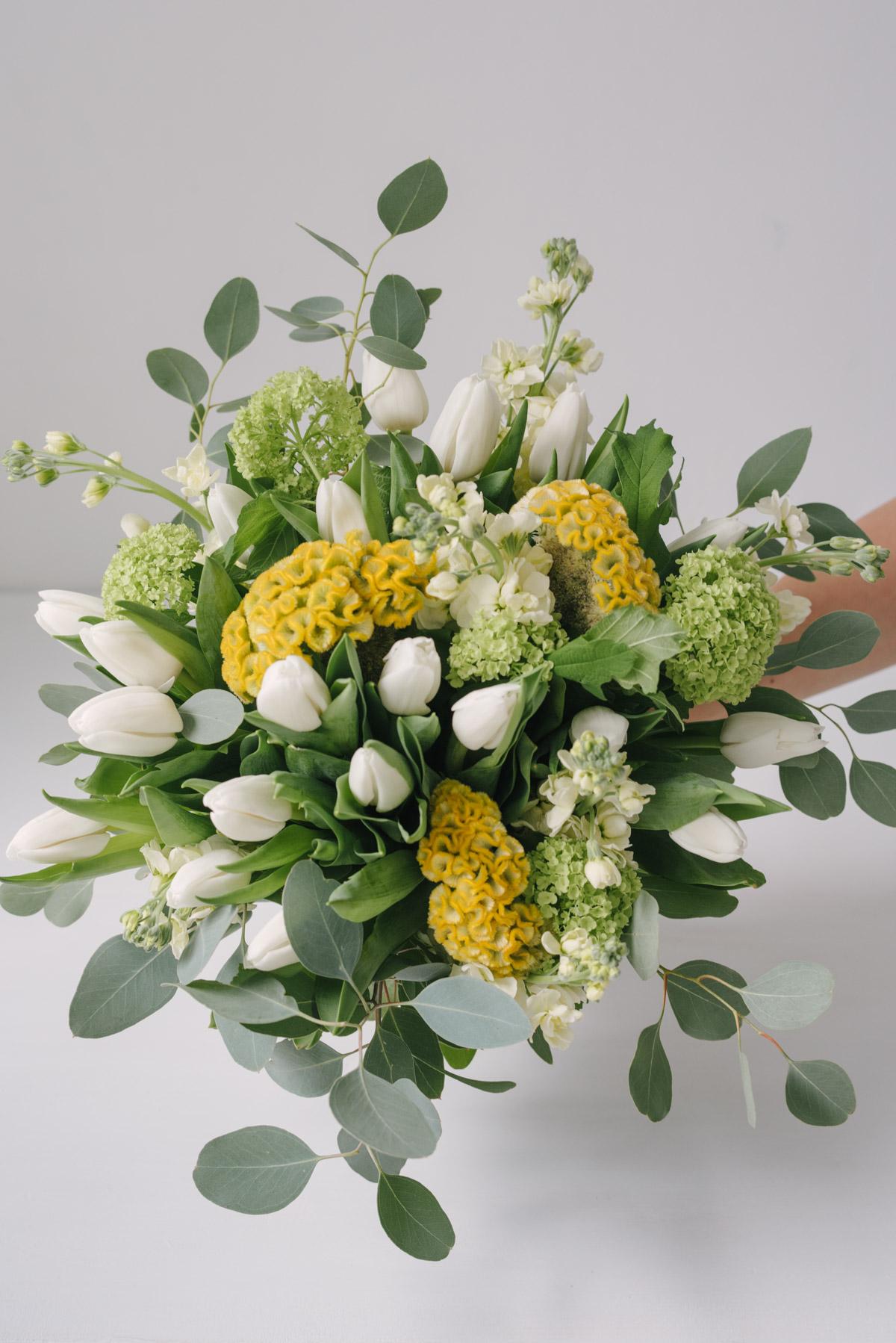 Buchet diafan din lalele albe, viburnum, celosia, mathiola si eucalipt. O compoziție florala ce exprima delicatețe, respect și prietenie. Cand dorești sa surprinzi pe cineva si nu știi ce cromatica sa alegi, întotdeauna culorile blânde vor fi alegerea perfecta. Comanda acest buchet prin intermediul florăriei noastre si incanta- i în mod plăcut destinatara.
