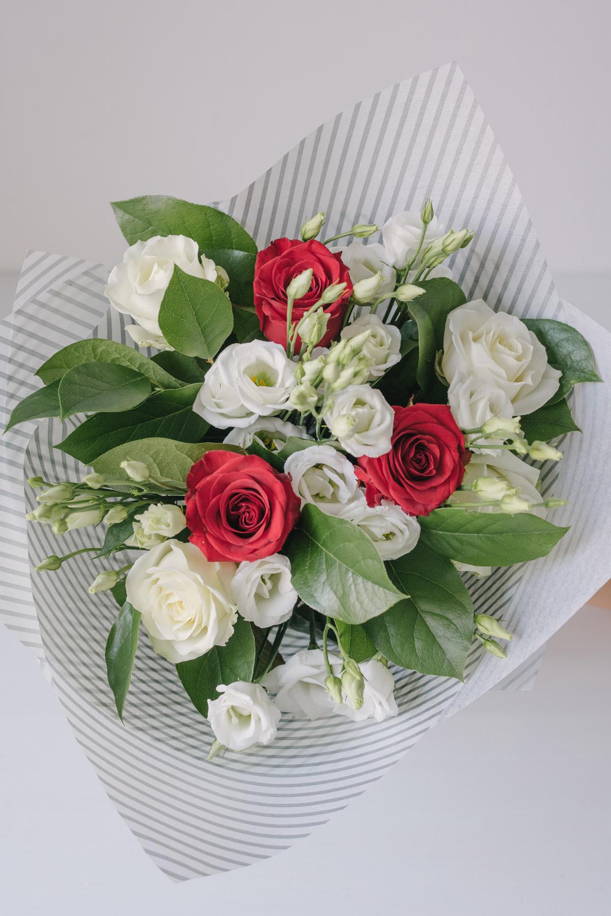Buchet De Flori Cu Trandafiri Rosii Și Lisianthus