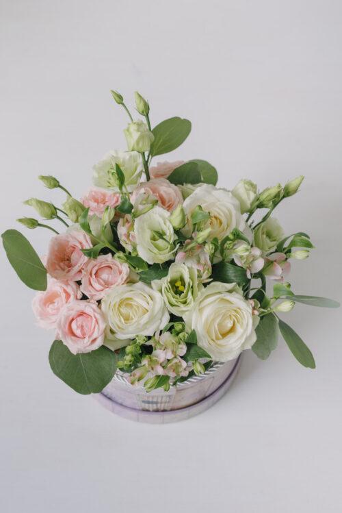 Cutie cu trandafiri, minitrandafiri, lisianthus si alstroemeria