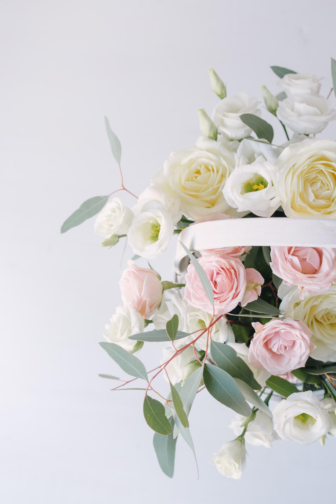 Aranjament Floral Pastelat In Cos De Rachita Mediu