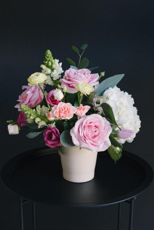 Aranjament Floral În Vas Ceramic Cu Trandafiri, Ranunculus, Antirrhinum
