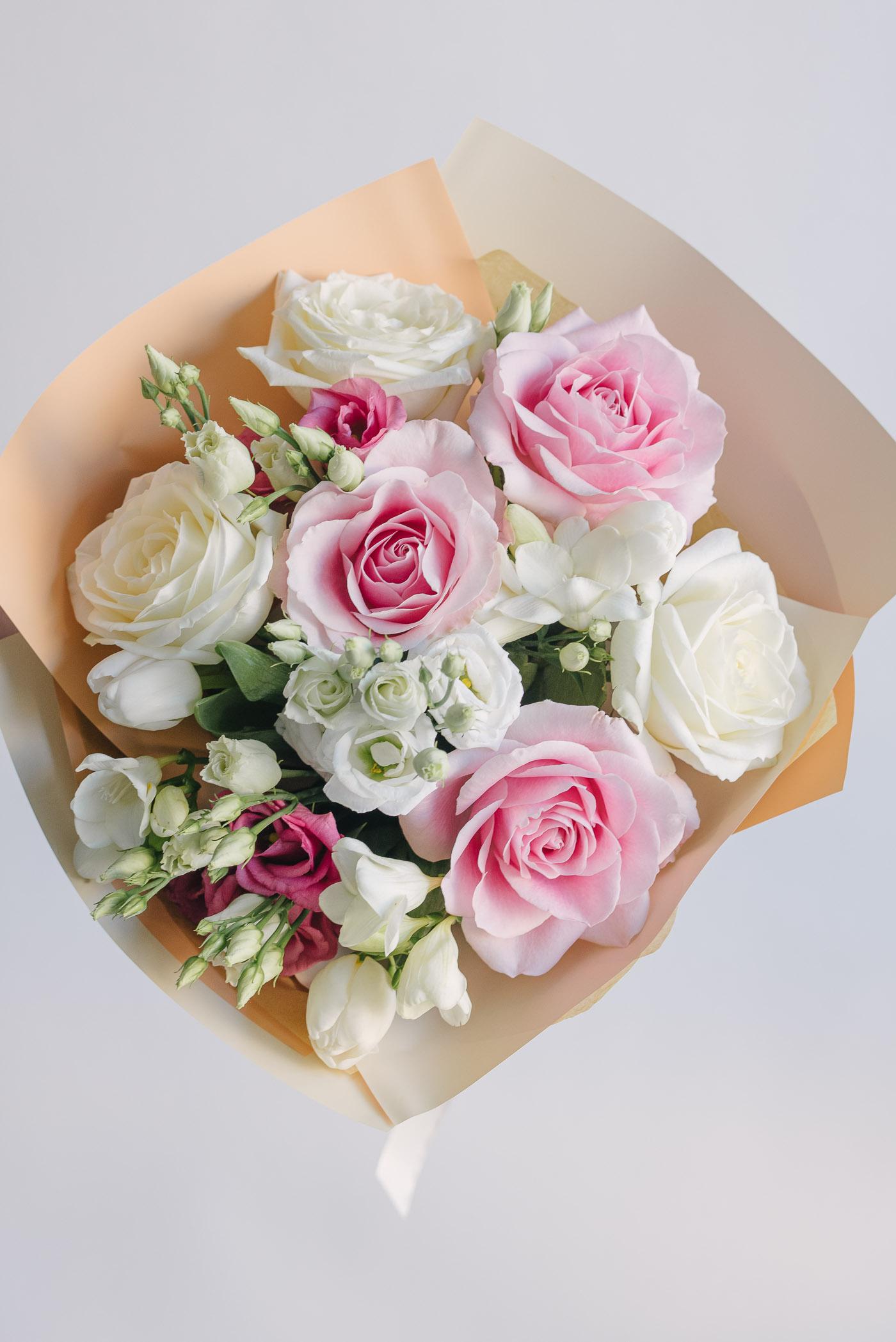 Buchet Cu Trandafiri, Lalele, Lisianthus Si Frezii