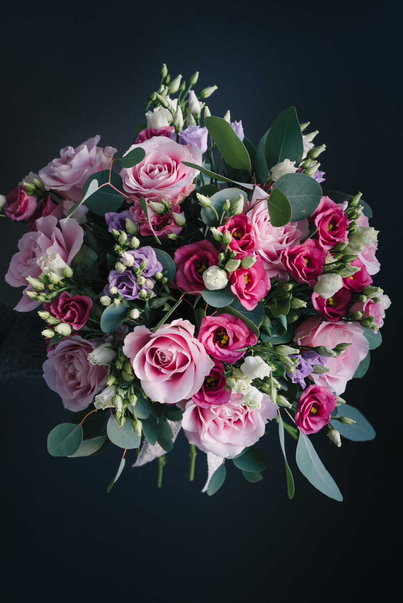 Buchet De Flori Cu Trandafiri Roz Și Lisianthus Roz