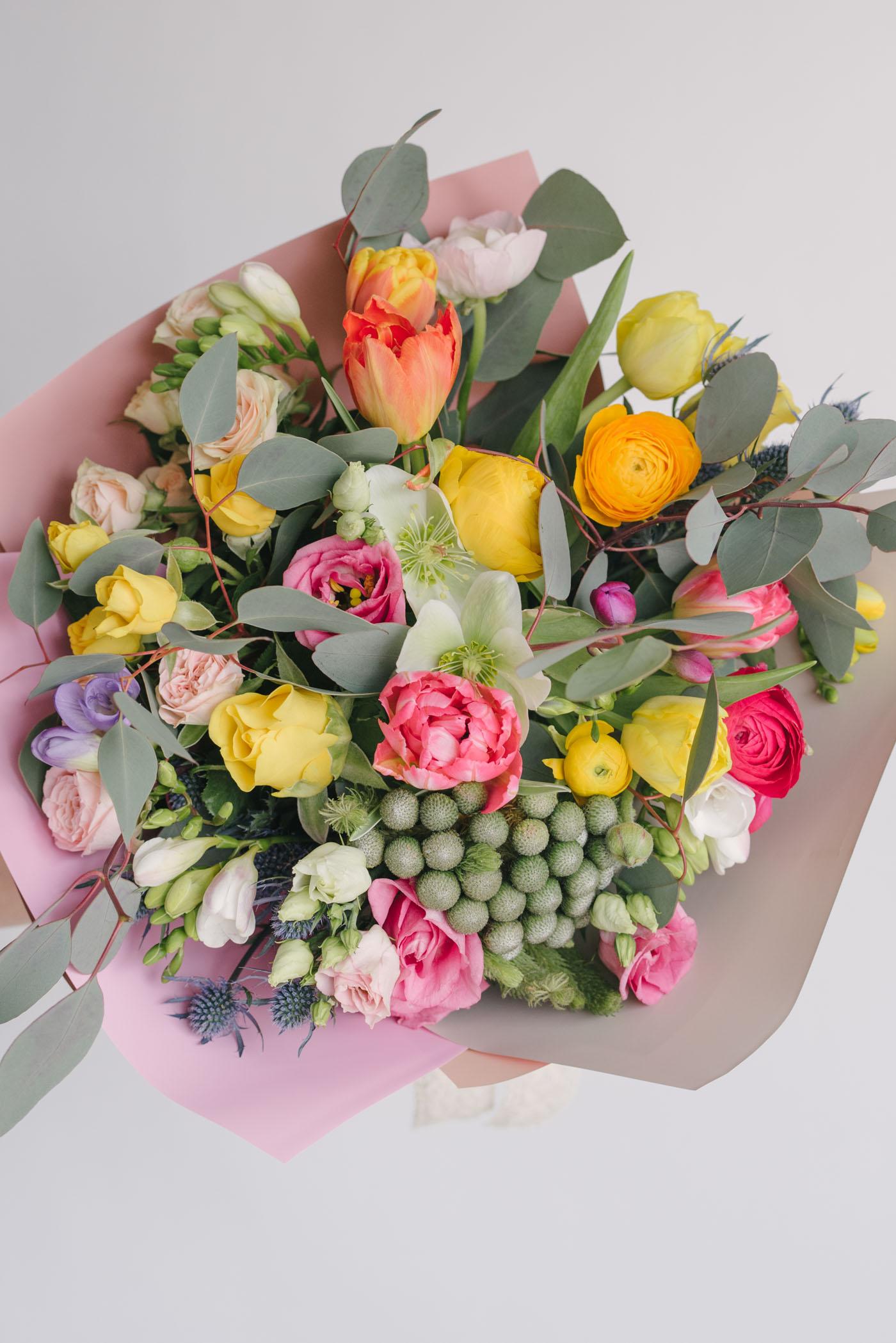 Buchet Cu Flori Colorate De Primavara
