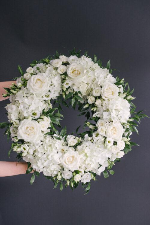Coroana Funerara Cu Flori Albe Si Ruscus
