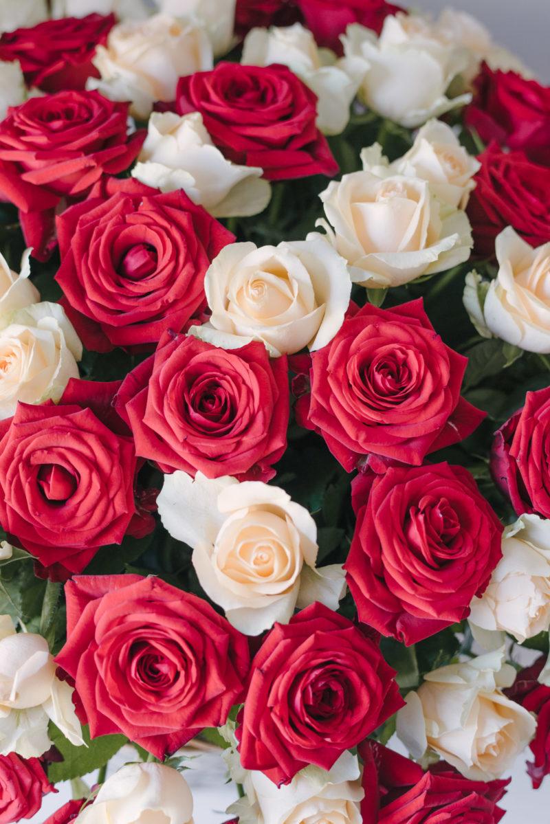 Cos Cu 80 Trandafiri Rosii Si Crem