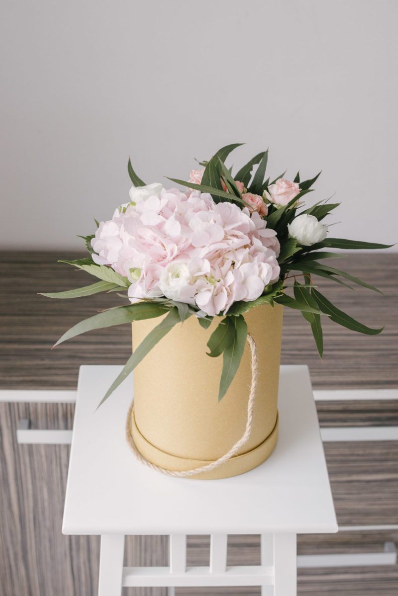 Cutie Cu Hortensie Si Ranunculus